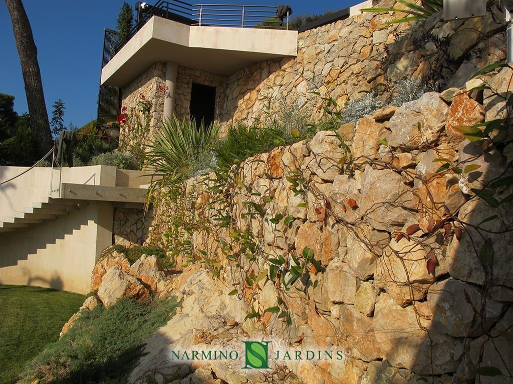 Mur en pierre sèche végétalisé
