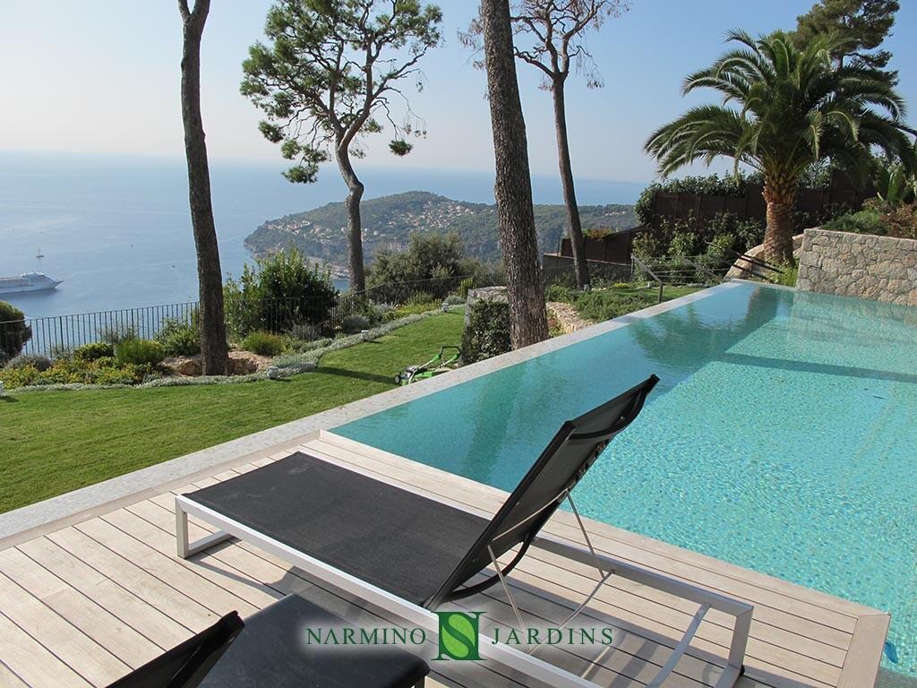 Une vue splendide sur le Cap Ferrat à côté d'une piscine dans une villa