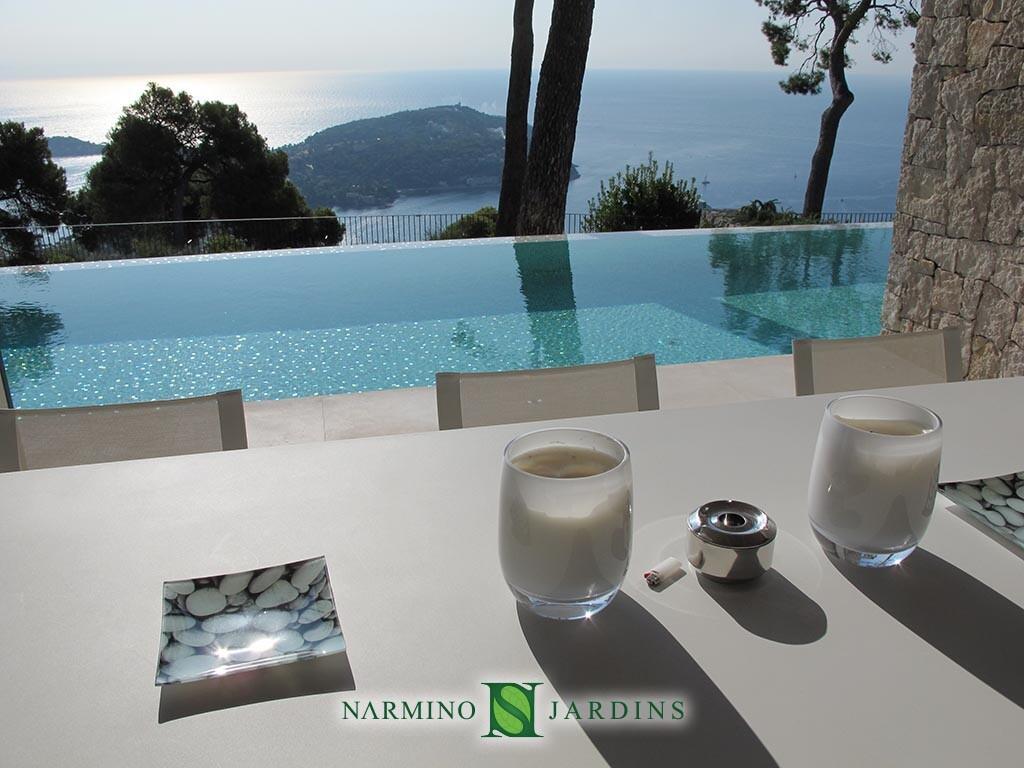 Une vue splendide sur le Cap Ferrat depuis un jardin