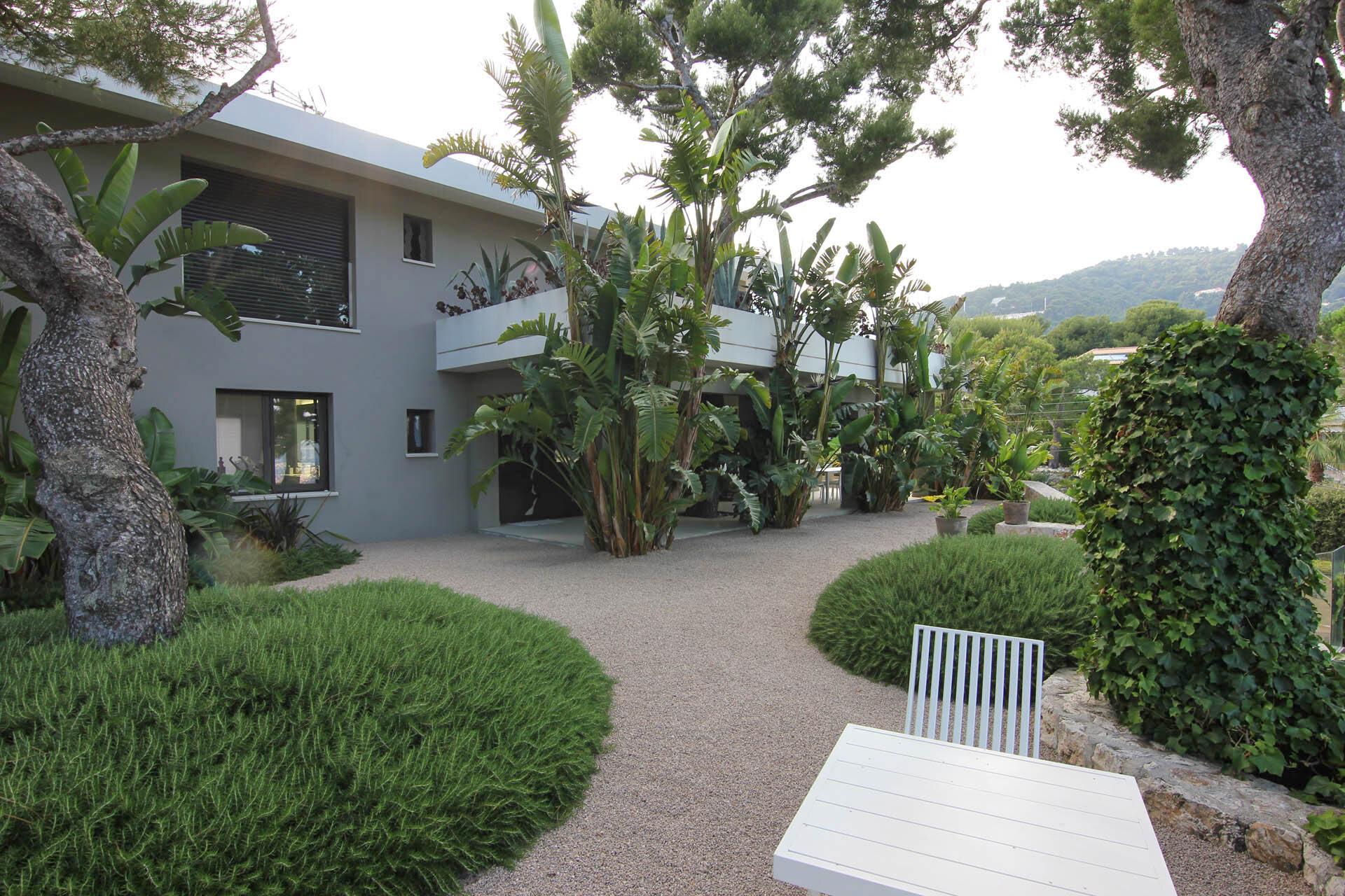L'entrée d'une belle villa contemporaine à Roquebrune Cap Martin