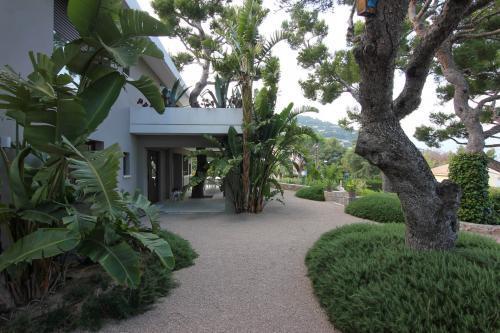 L'entrée de la villa entourée de verdure