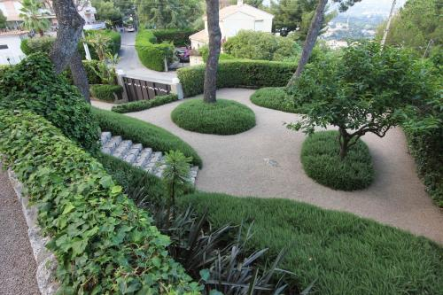 Un sol en gravier et des ilots de végétation