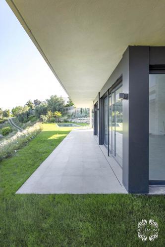 Les baies vitrées donnant sur les jardins