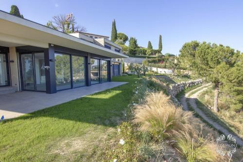 Une des trois villas et sa pelouse