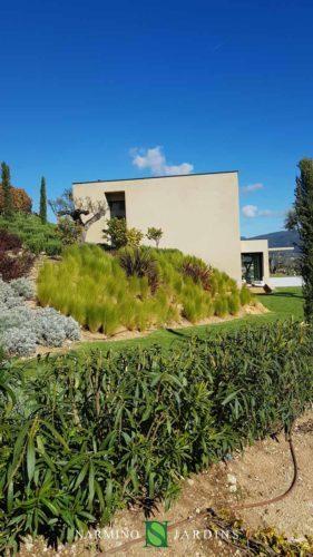 Une villa moderne et des jardins étudiés par un architecte paysager
