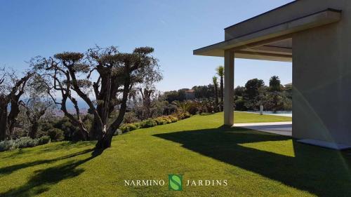 Une vue sur une des villas et ses jardins entretenus par Narmino Jardins